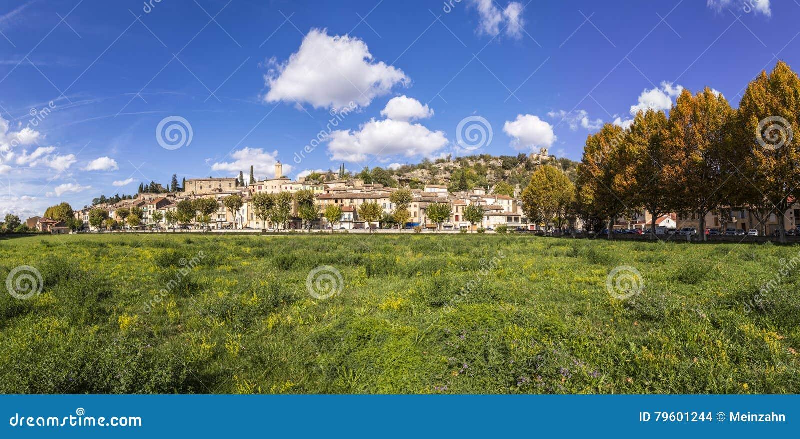 Vista cênico da vila de Jouques em França do sul