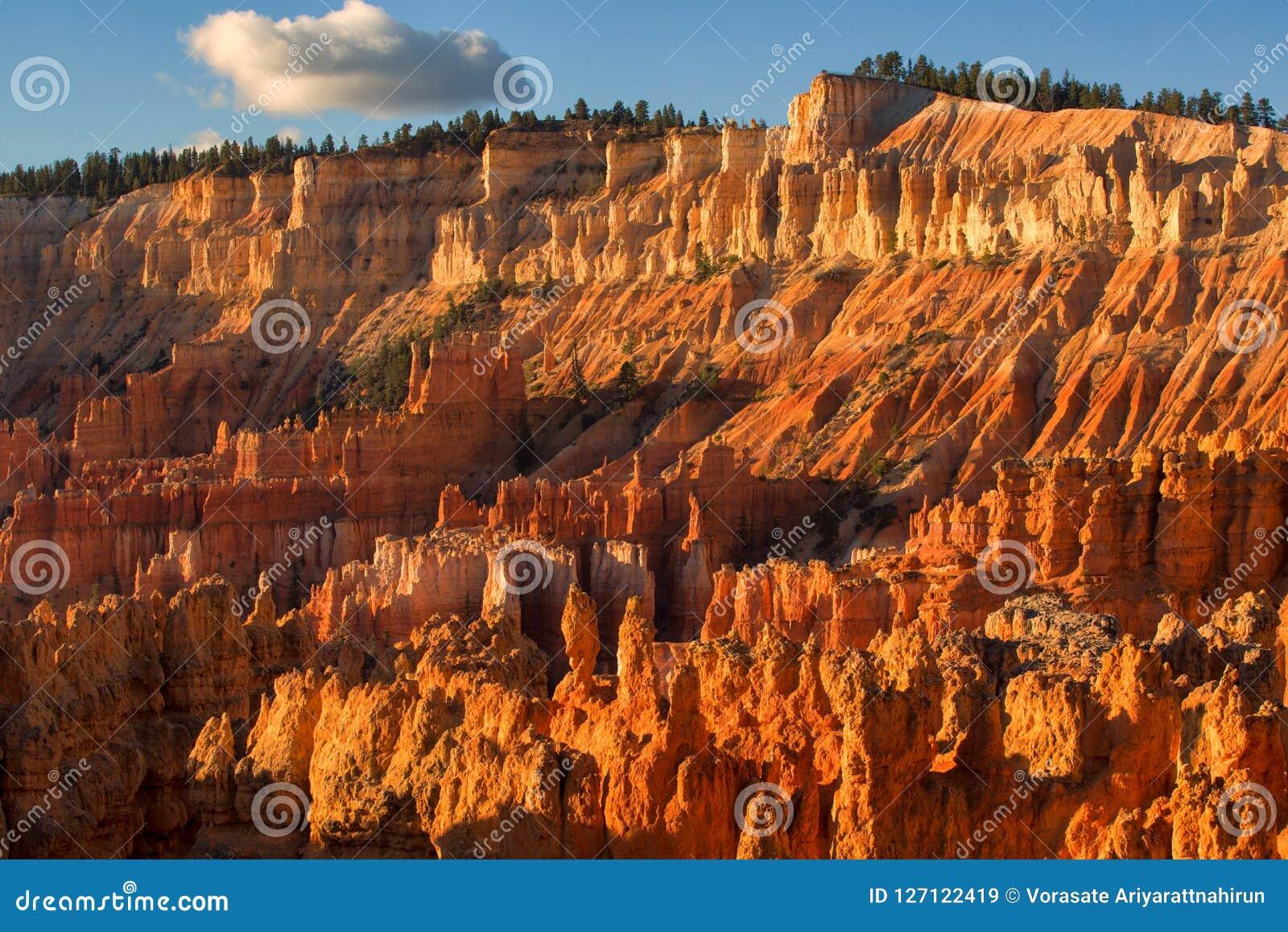 Vista cênico de azarentos do arenito vermelho em Bryce Canyon National Pa