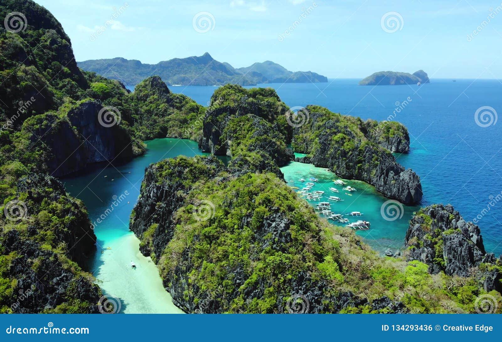 Vista cênico de ilhas da baía e da montanha do mar, Filipinas