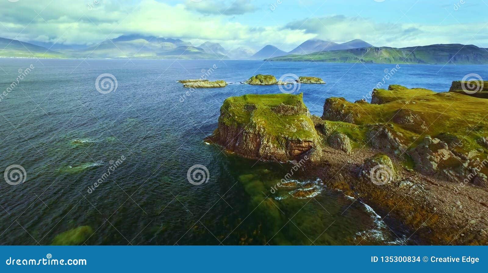 Vista cênico de montanhas de Quiraing na ilha de Skye, montanhas escocesas, Reino Unido
