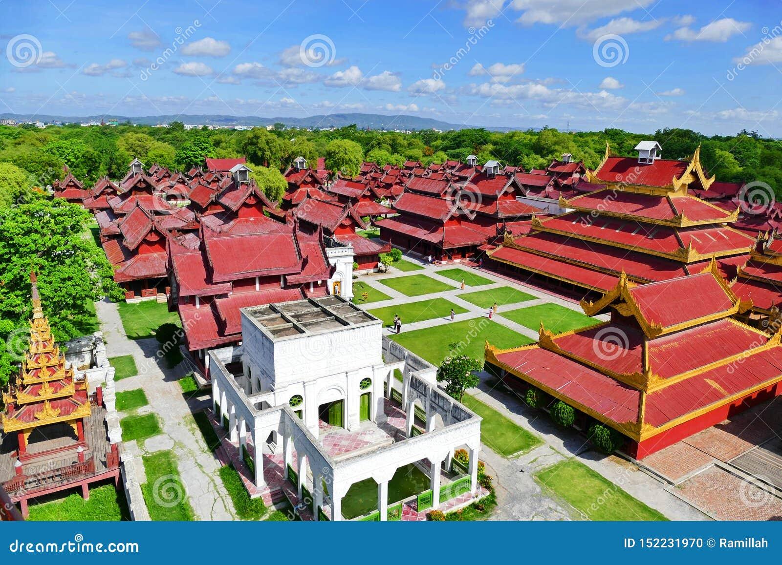 Vista cênico do palácio de Mandalay da torre do relógio