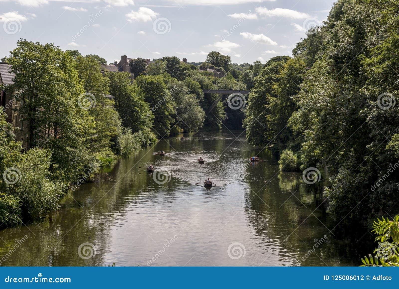Vista cênico do rio do desgaste em Durham, Reino Unido