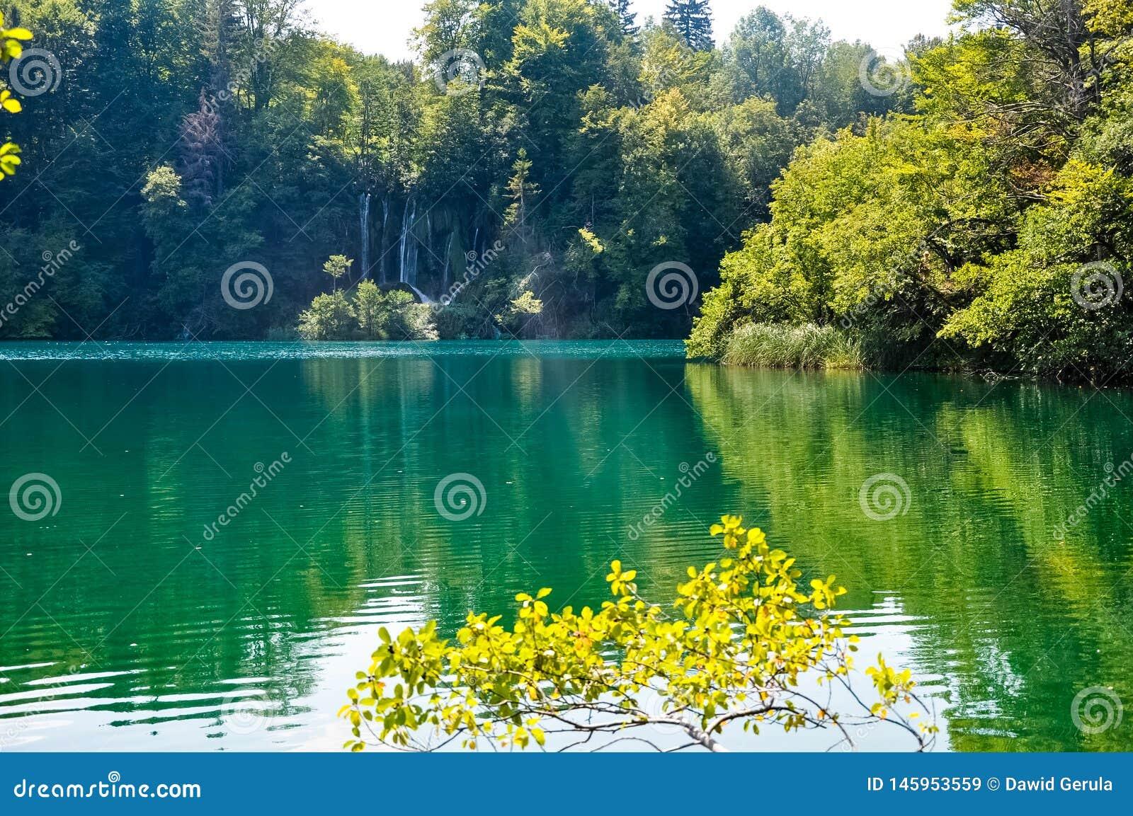 Vista c?nico das cachoeiras no parque nacional dos lagos Plitvice, Cro?cia