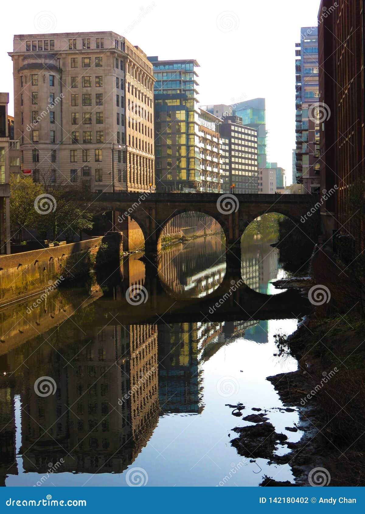 A vista calma do canal de Irwell do rio sob a luz solar