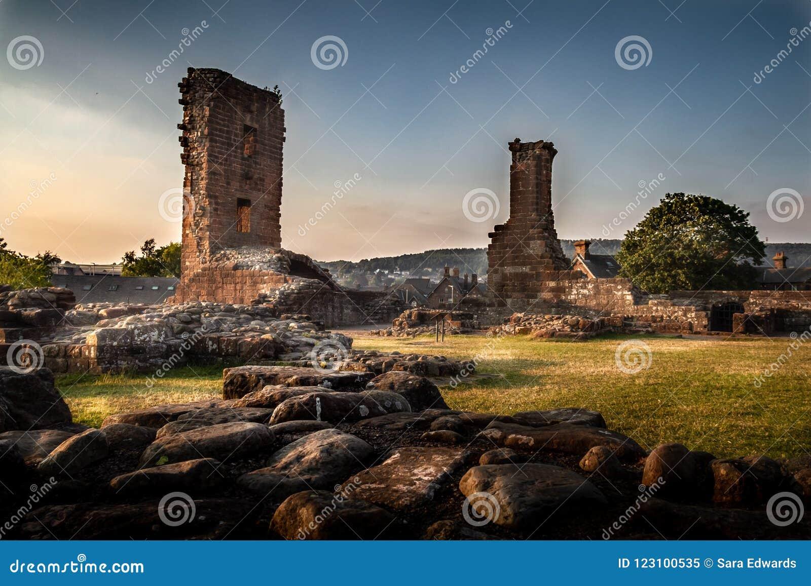 Vista cambiante y artística increíble de las ruinas del castillo de Penrith en la puesta del sol en Cumbria, Inglaterra