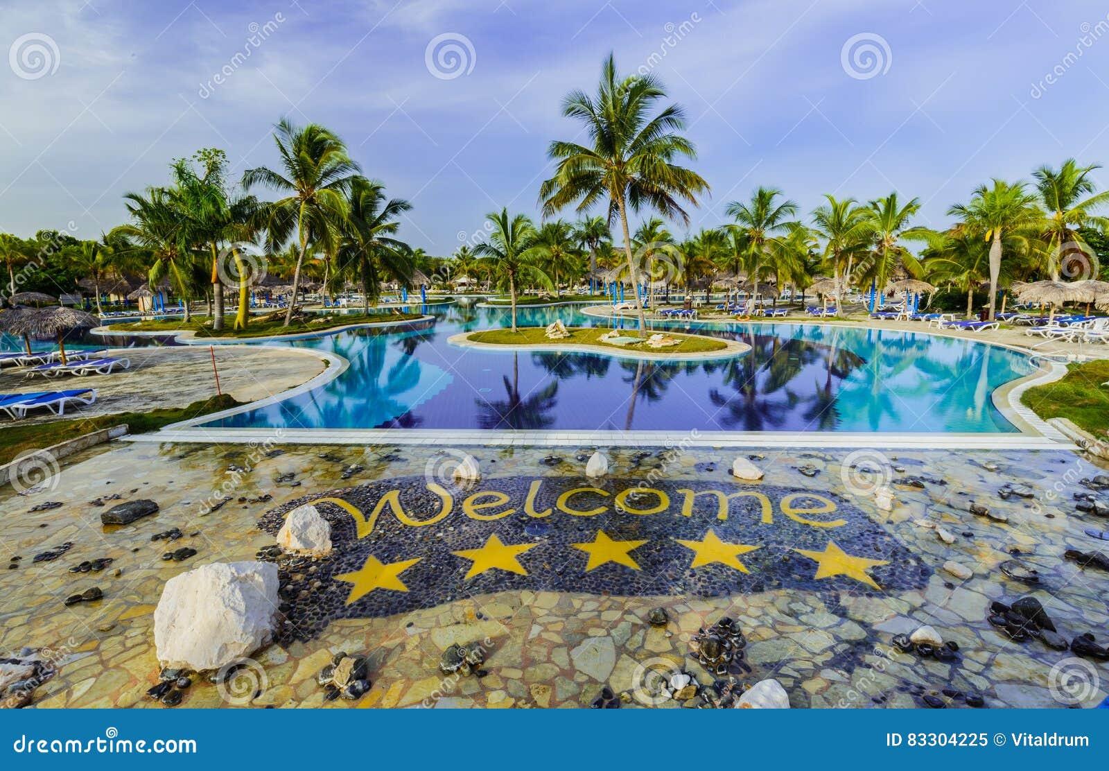 Vista d invito splendida dei motivi di lusso dell hotel e della piscina in  giardino tropicale d5d4051f1585