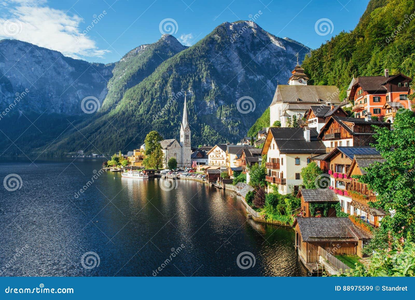 Vista da altura na cidade de Hallstatt entre as montanhas Áustria