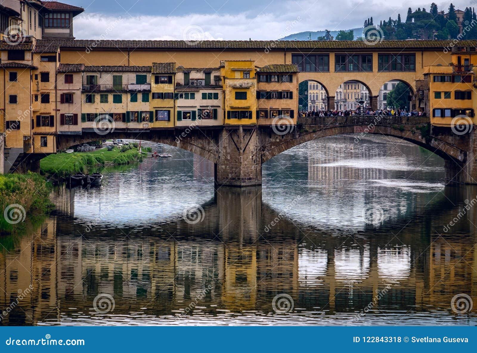 Vista da Arno River al ponte di Ponte Vecchio La vecchia città di Firenze L Italia