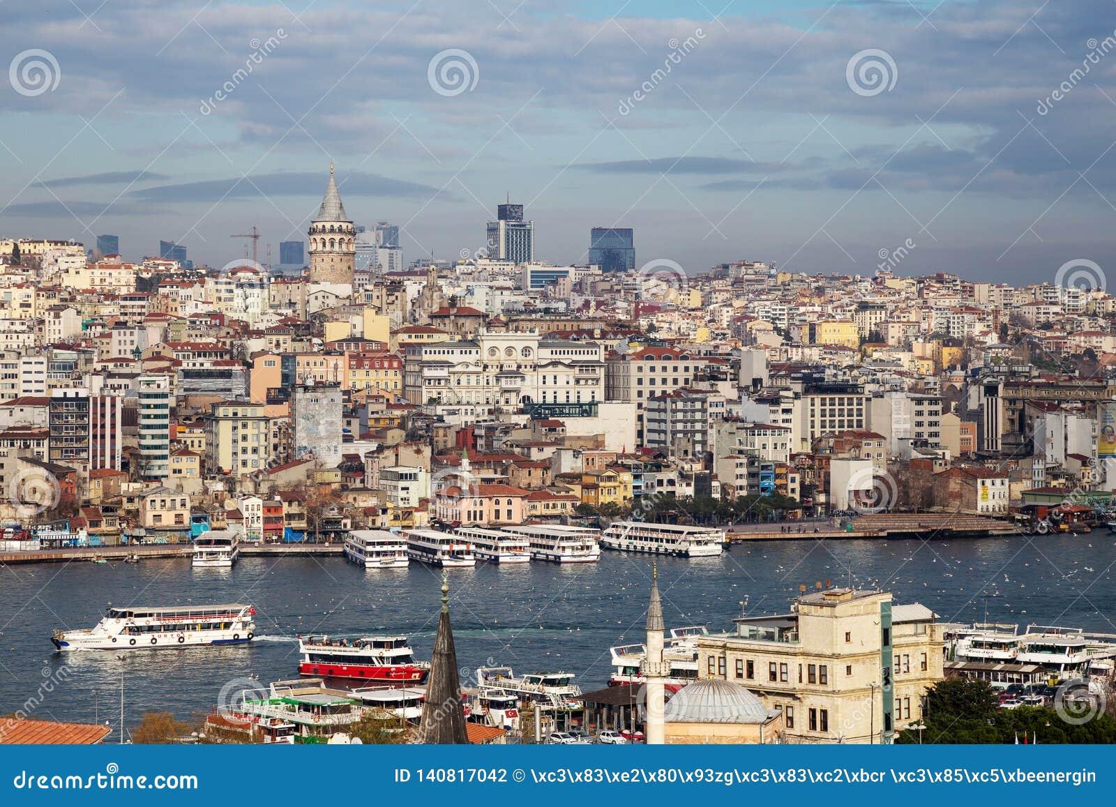 Vista da arquitetura da cidade com torre de Galata e do chifre dourado do jardim da mesquita de Suleymaniye
