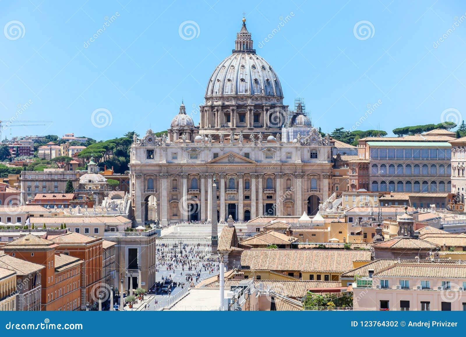 Vista da basílica de San Peter do ` Angelo de Castel Sant, Roma, Itália