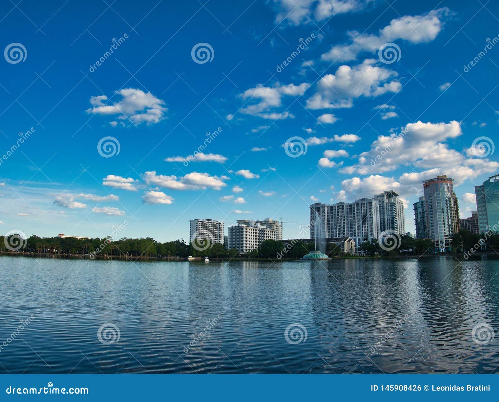 A vista da borda do lago