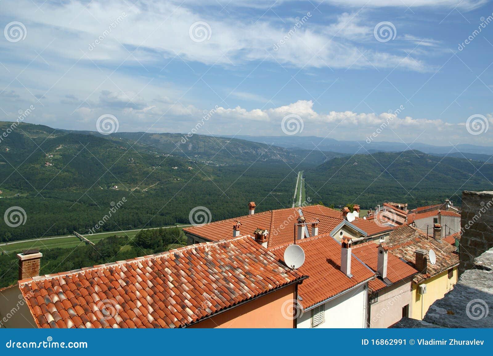 Vista da casa com telhados vermelhos e o vale
