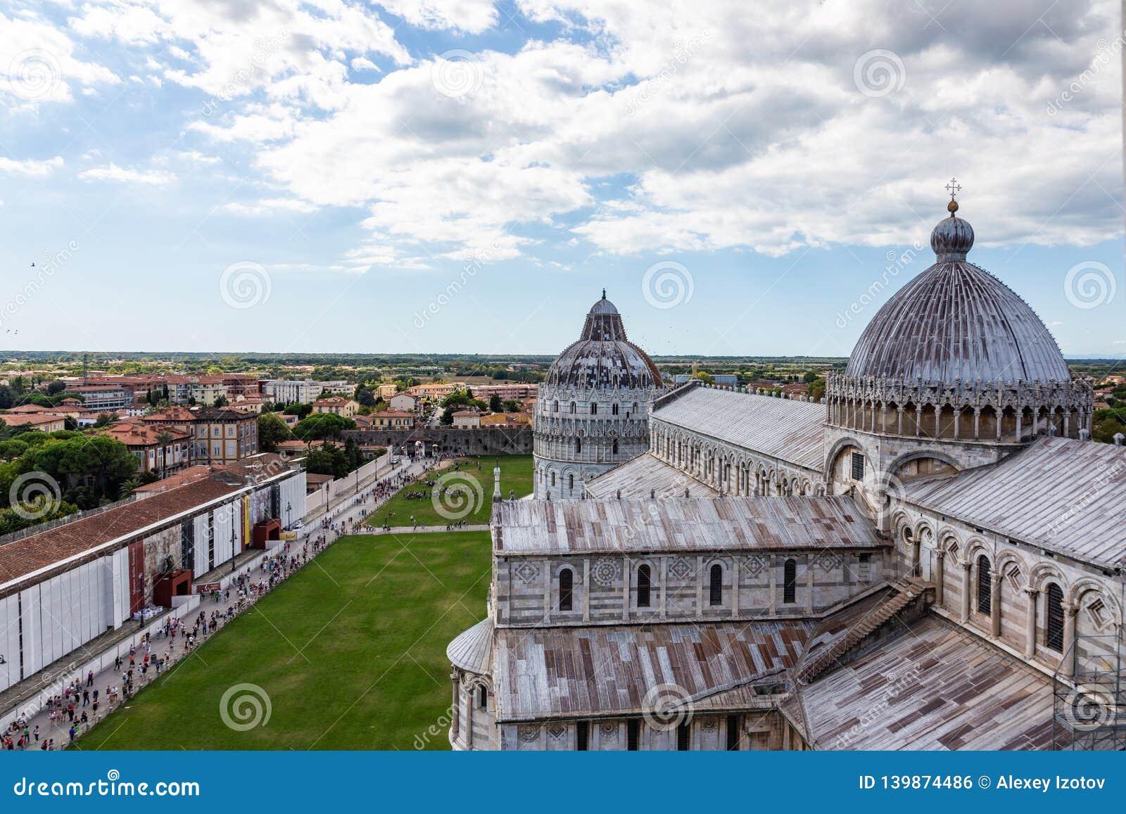 Vista da catedral de Pisa da parte superior da torre inclinada famosa na cidade de Pisa, Itália