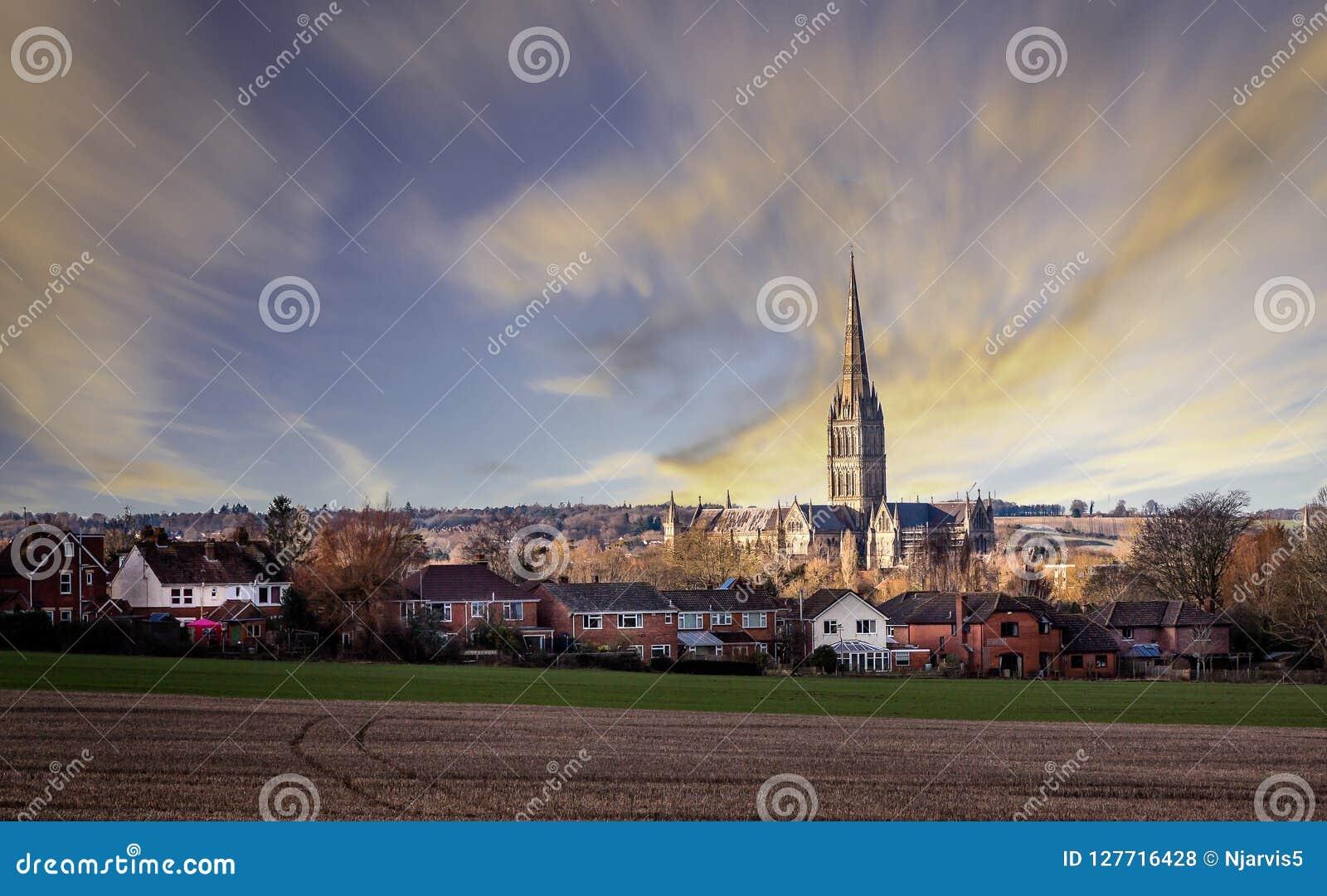 Vista da catedral de Salisbúria através do Salisbúria recolhido campos, Wiltshire, Reino Unido