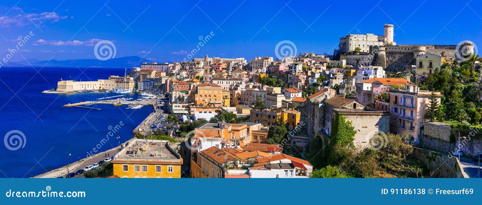Vista da cidade costeira bonita Gaeta Marcos de Itália, Lazio