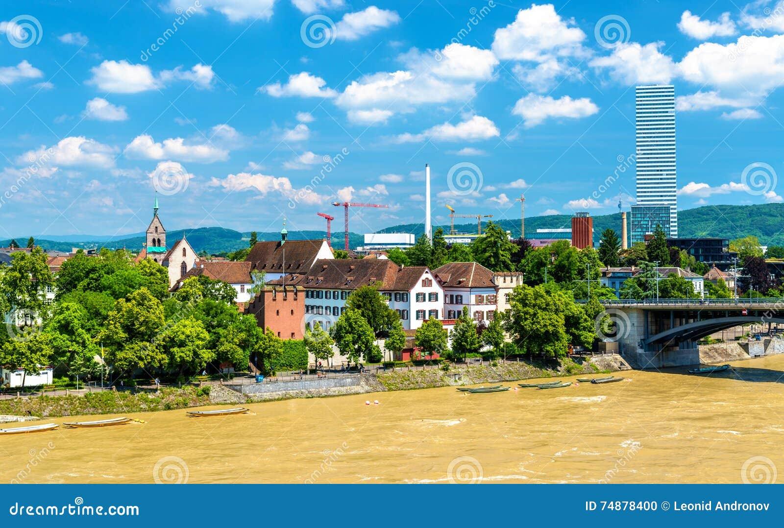 Vista da cidade de Basileia com o Reno