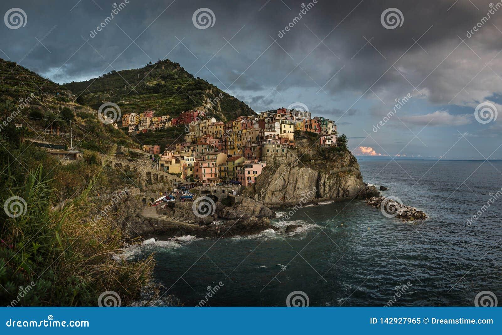 Vista da cidade de Manarola, Cinque Terra, Itália