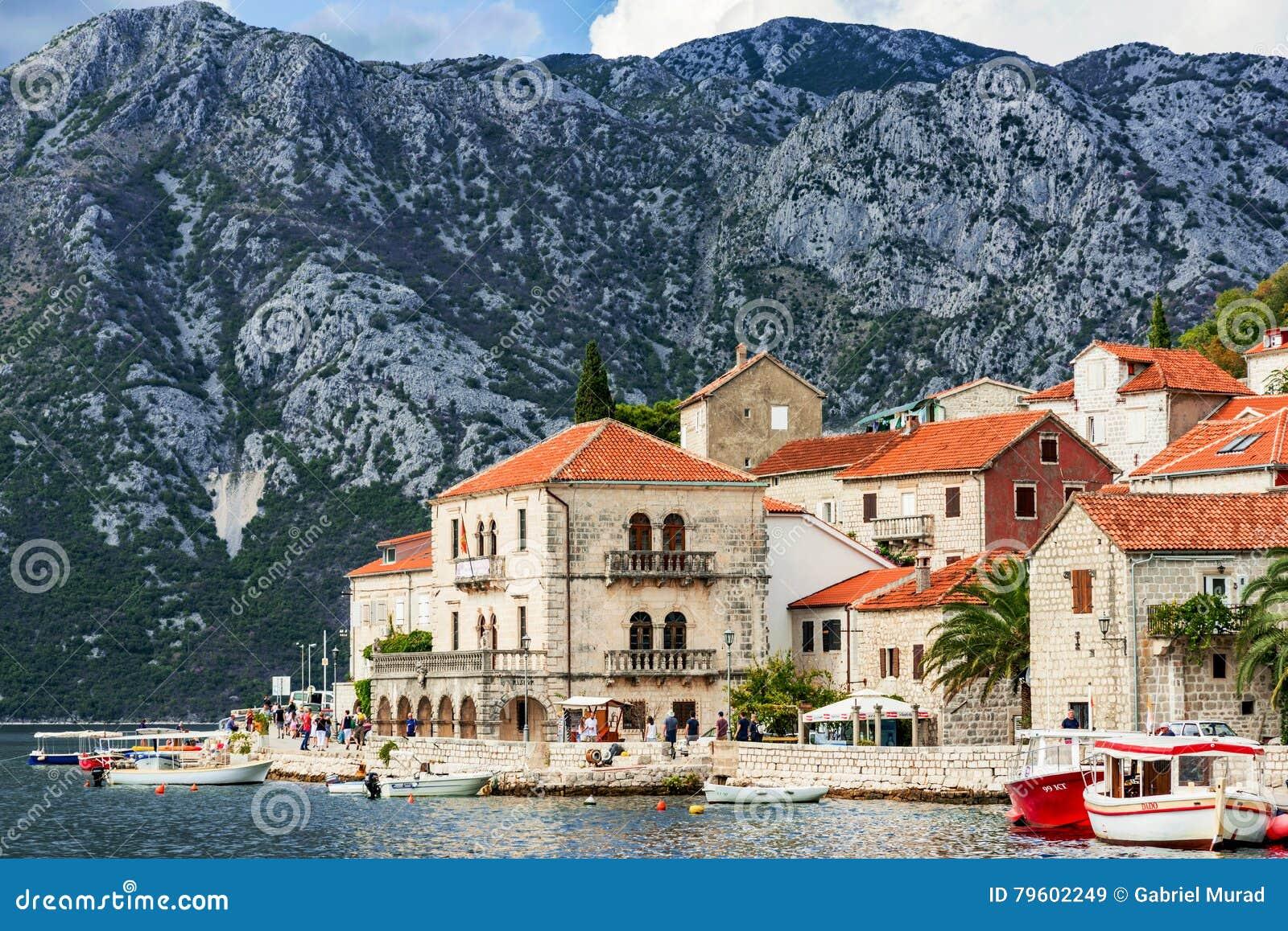 Vista da cidade de Perast em Montenegro