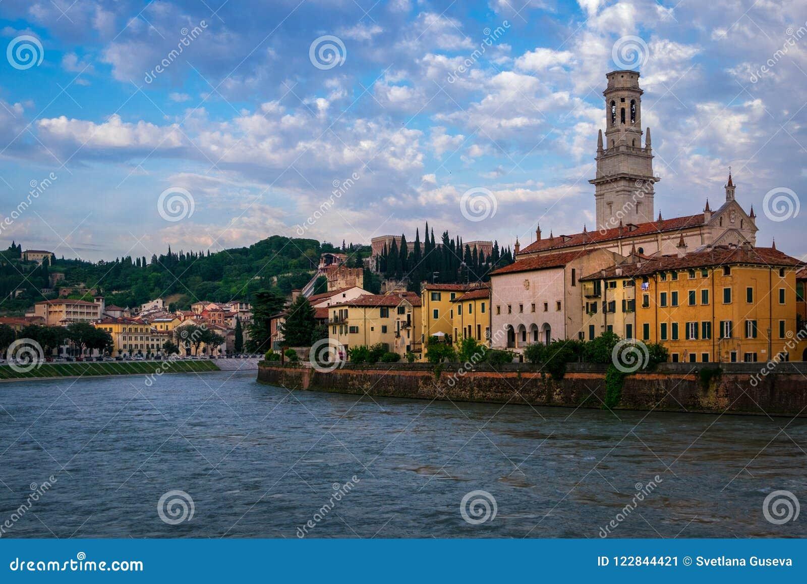 Vista da cidade de Verona da margem Italy
