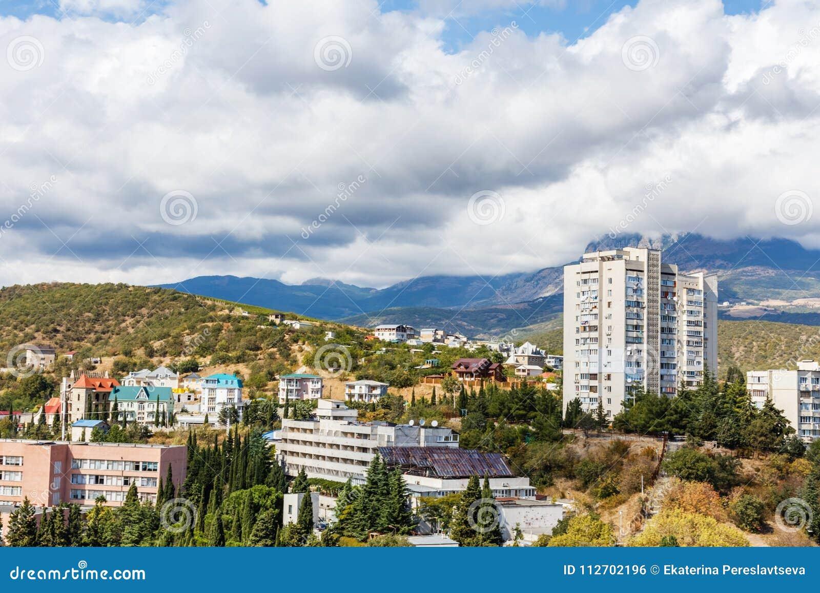 Vista da cidade e das montanhas em um dia ensolarado