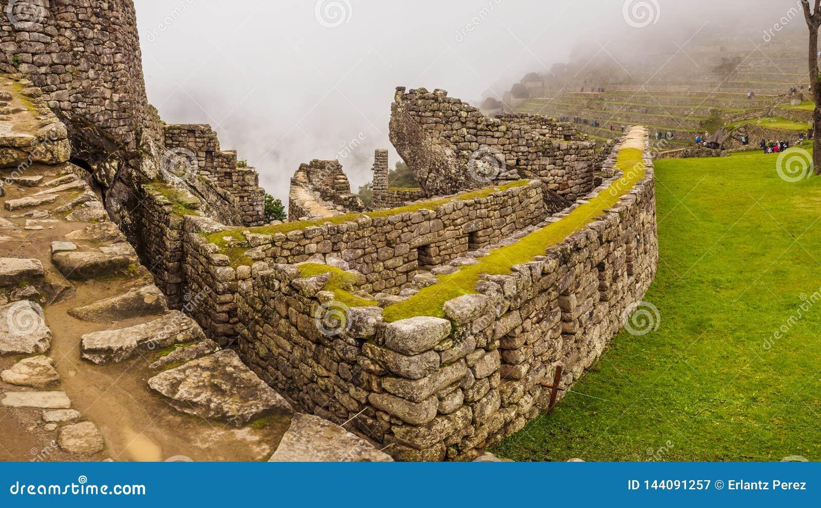 Vista da cidade Incan perdida de Machu Picchu dentro de névoa, perto de Cusco, Peru