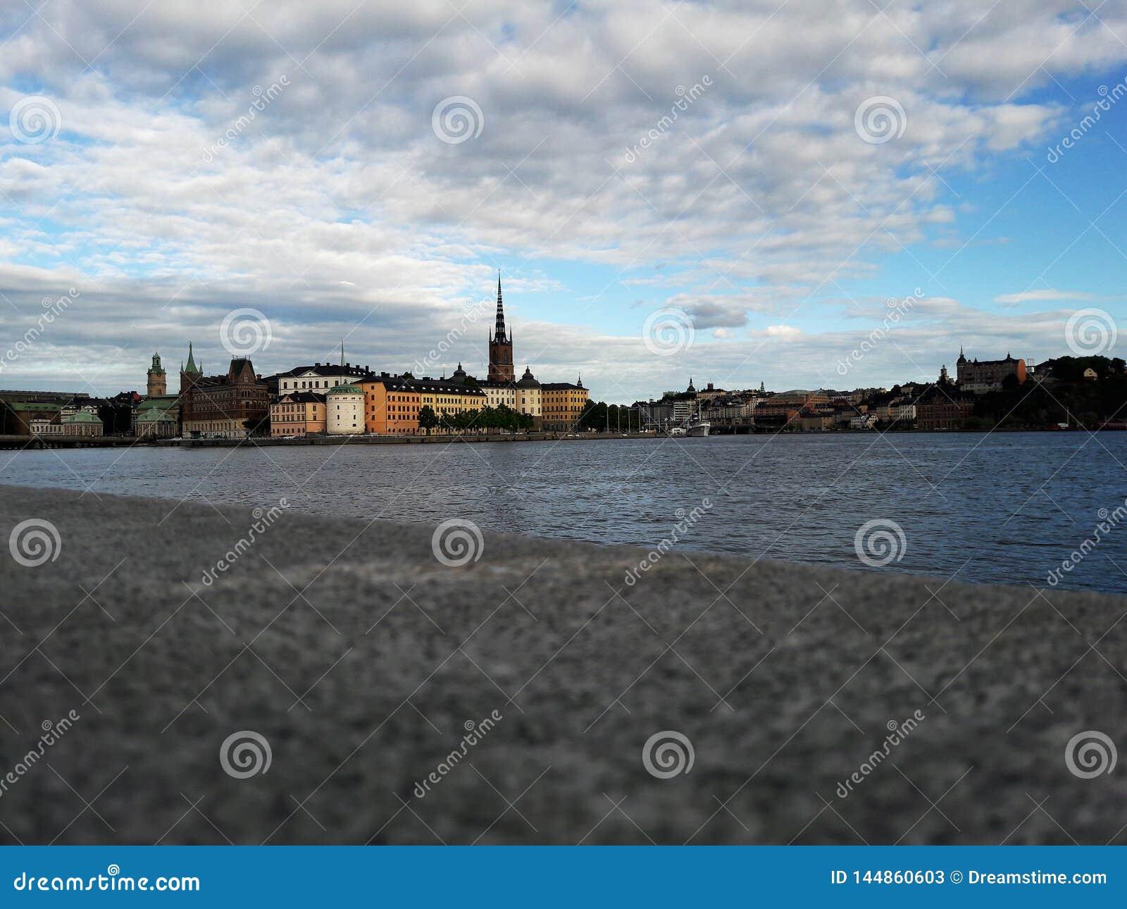 Vista da cidade velha historycal de Éstocolmo