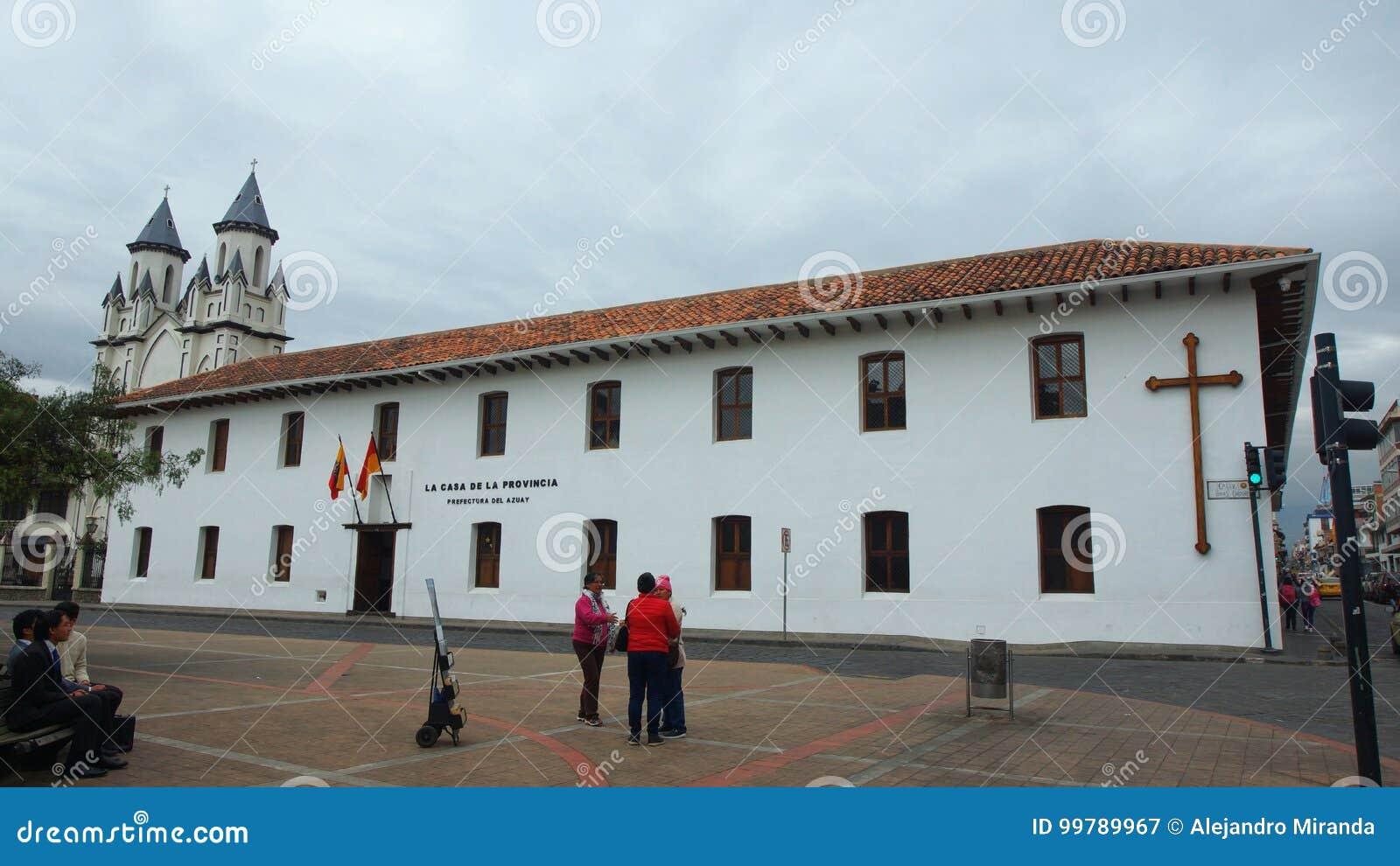 A vista da construção da prefeitura de Azuay localizou na frente do parque San Blas