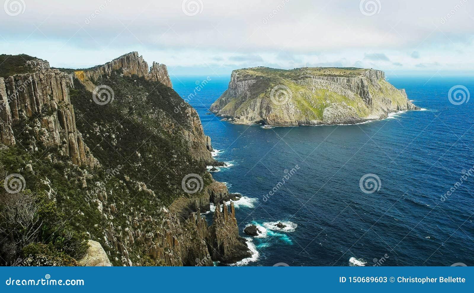 A vista da ilha do tasman da coluna do cabo em Tasmânia