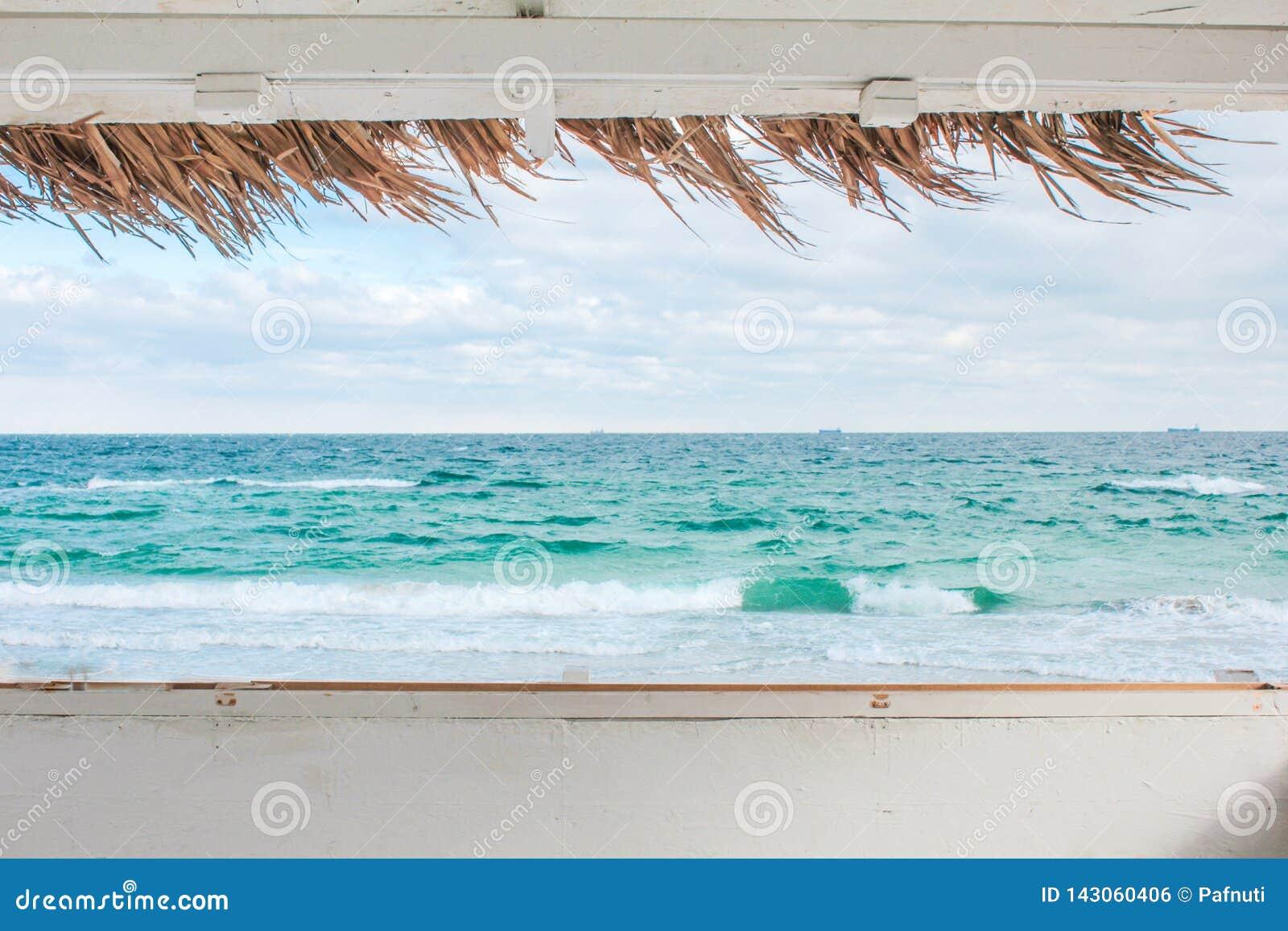 Vista da janela do bungalow na paisagem do mar