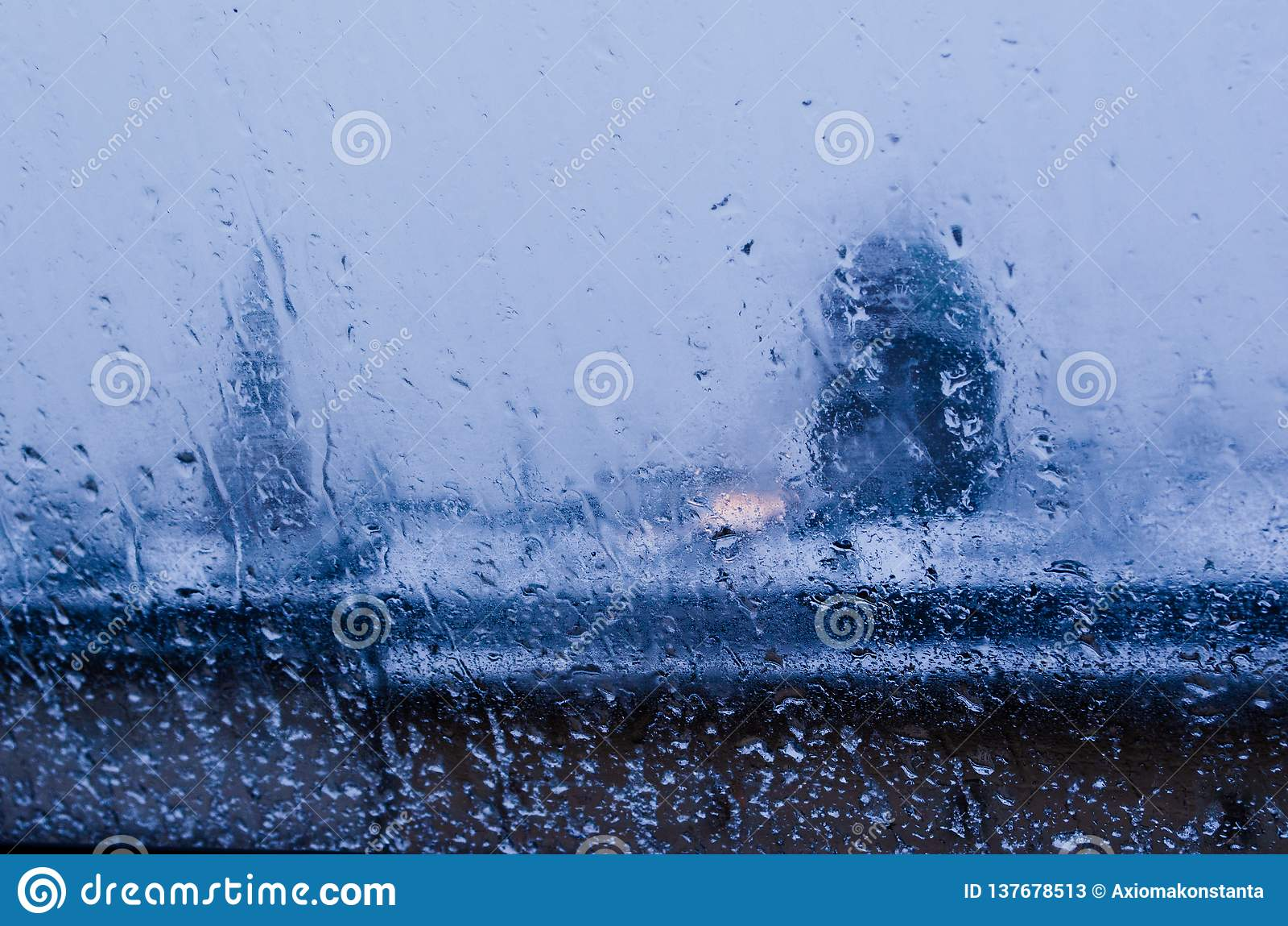 Vista da janela em uma paisagem molhada do inverno Neve molhada e telhados brancos