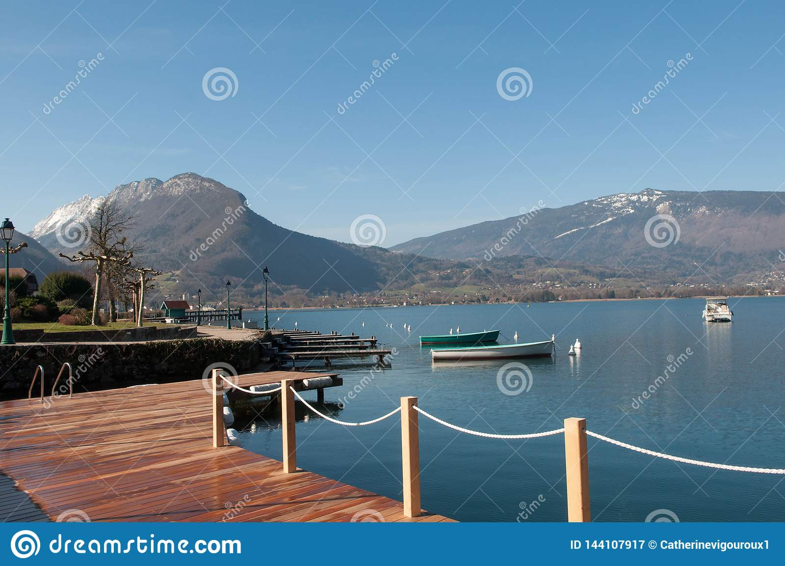 Vista da laca d 'Annecy e das montanhas de Talloires em França
