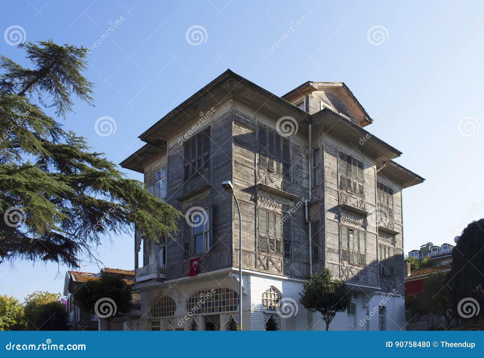 Vista da mansão velha, histórica, de madeira