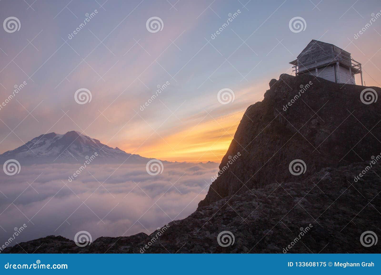 Vista da montagem Rainier Mountain no nascer do sol de Cliff Lookout