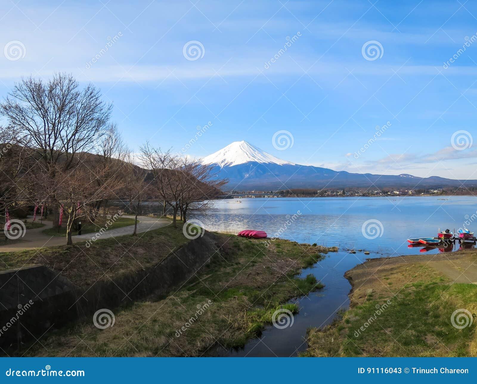 Vista da montanha de Fuji com parte superior branca da neve, lago do kawaguchiko, vermelho