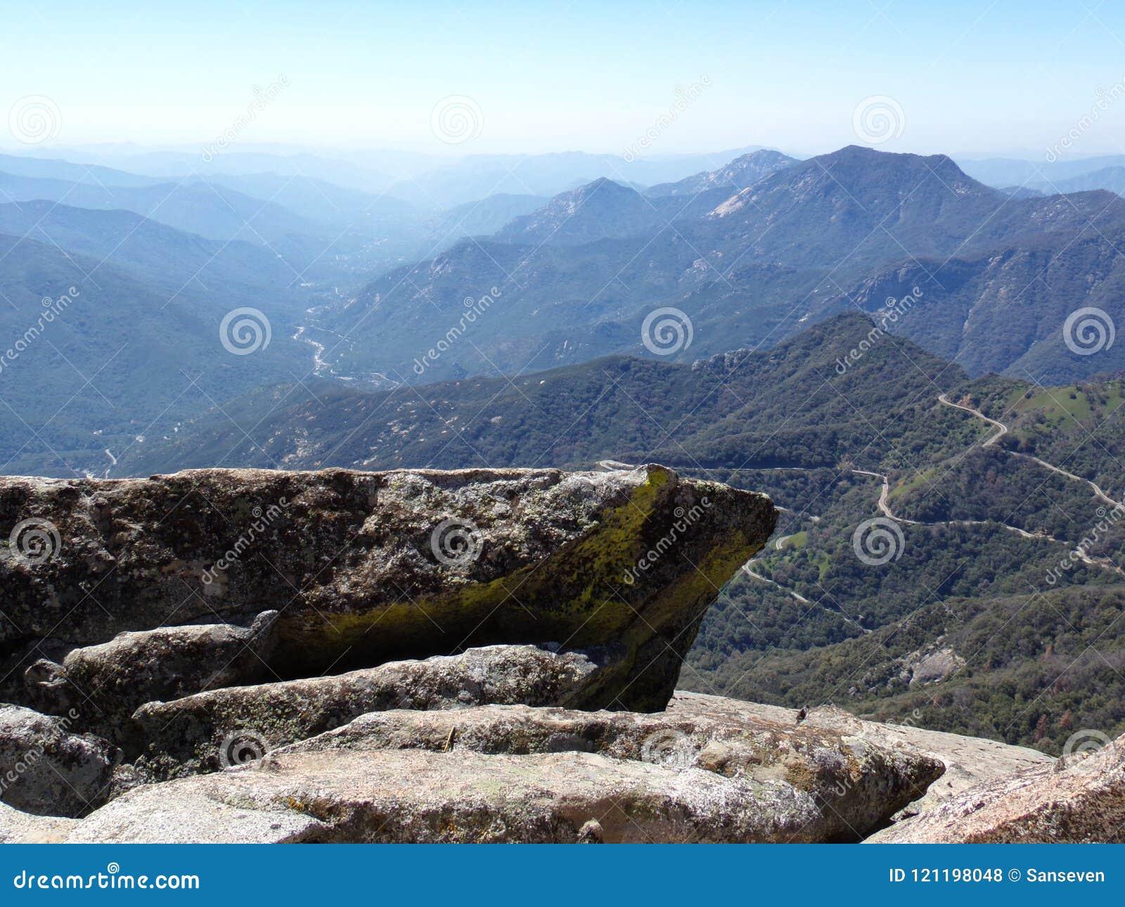 Vista da parte superior de montanhas de Moro Rock e de vales de negligência - parque nacional de sequoia, Califórnia, Estados Uni