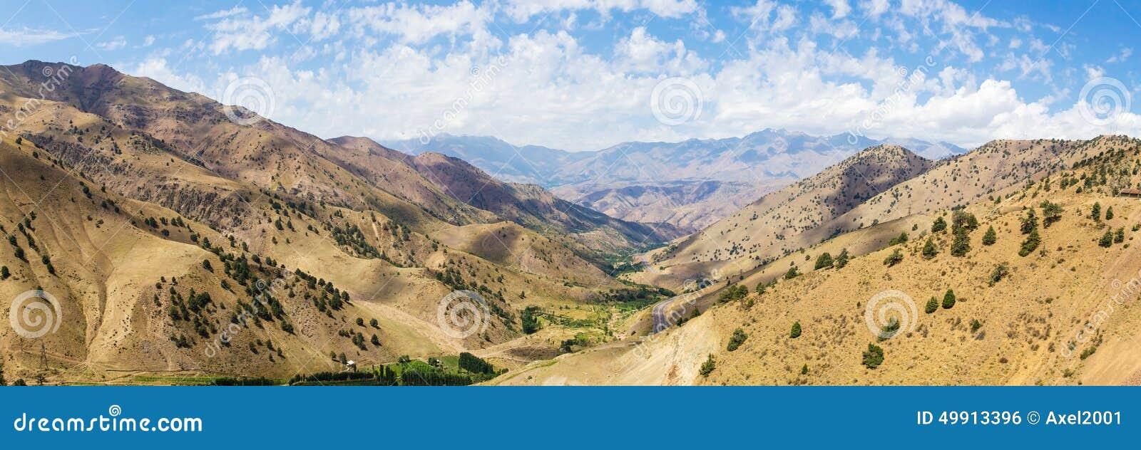 Vista da passagem de montanha de Kamchik (Qamchiq), Usbequistão