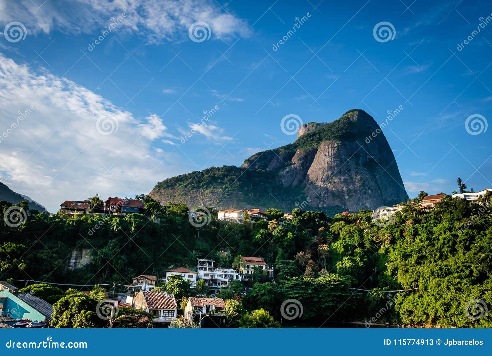 Vista da pedra de Gavea, vista de baixo com das casas no monte durante o fim da tarde Barra a Dinamarca Tijuca, Rio de Janeiro