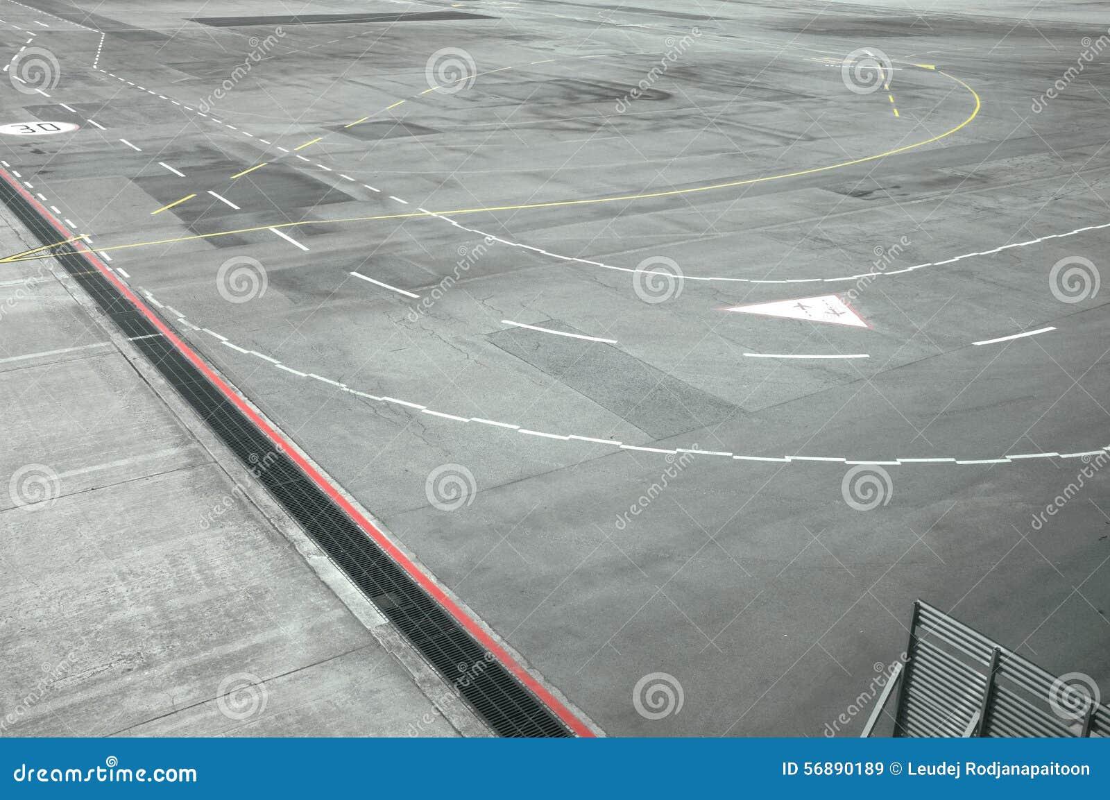 Vista da pista de decolagem do aeroporto da janela do avião