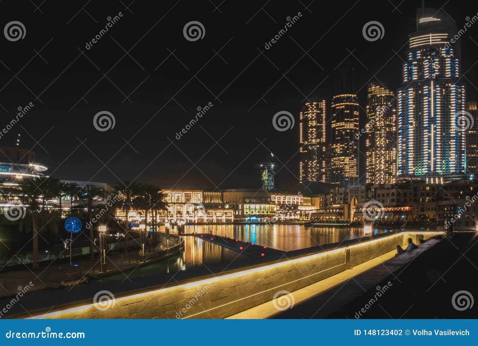 Vista da plataforma de observação nas fontes do canto e na alameda de Dubai Dubai, em maio de 2019