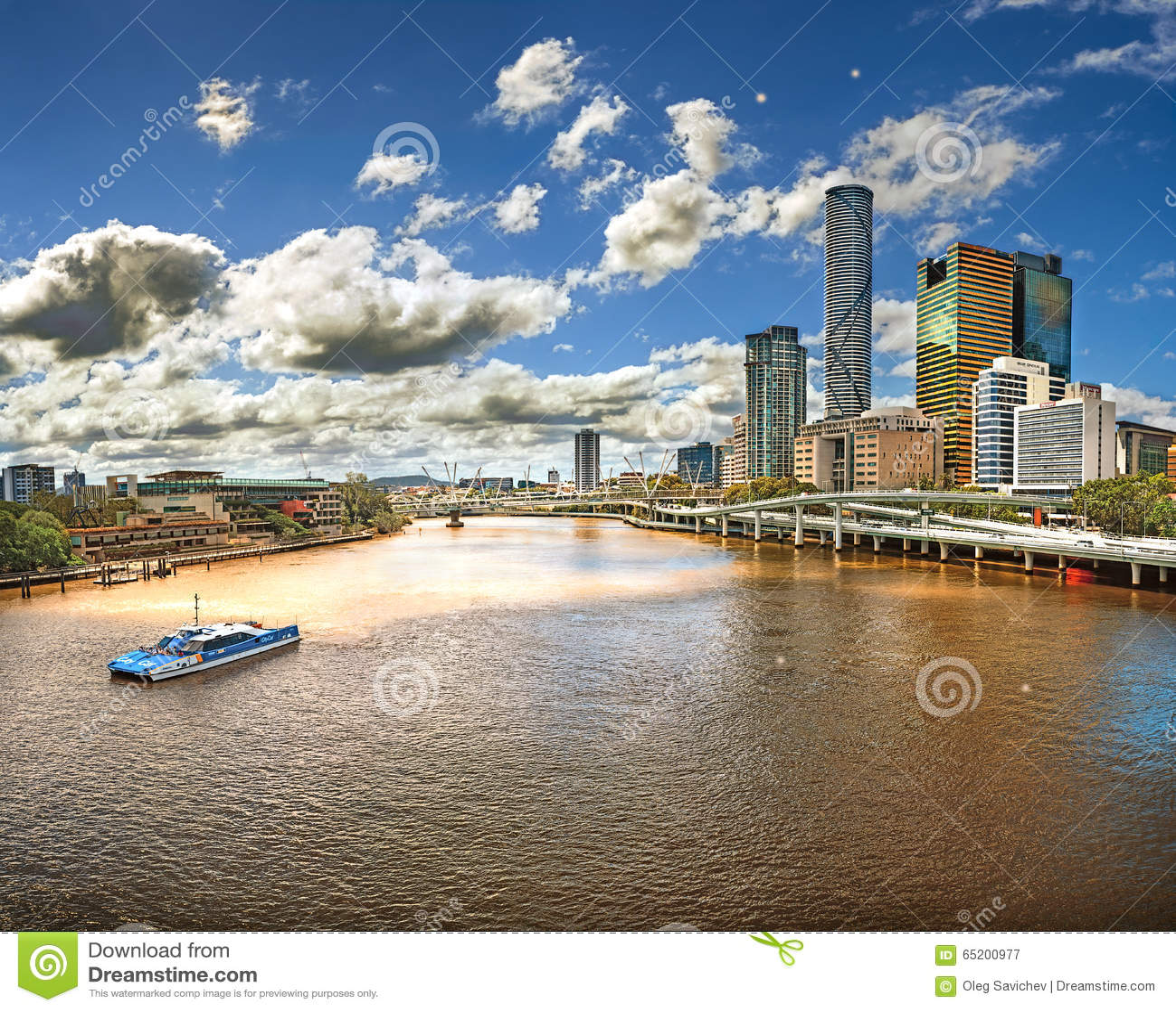 Vista da ponte sobre o rio Brisbane (Austrália, Brisbane) com vistas dos arranha-céus da cidade