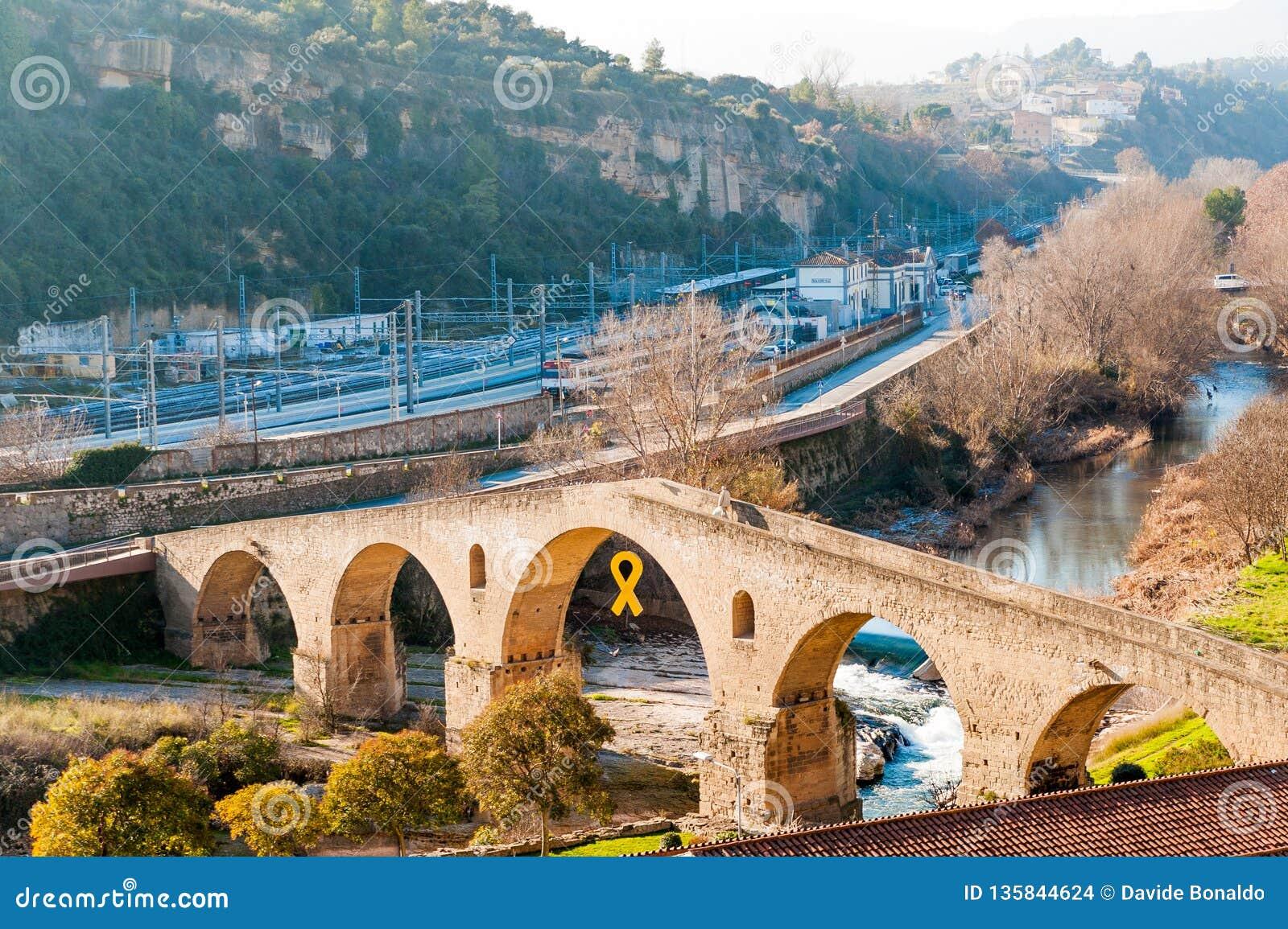 Vista da ponte velha da cidade de Manresa, símbolo da arquitetura medieval da cidade catalan pequena, durante o dia de inverno en