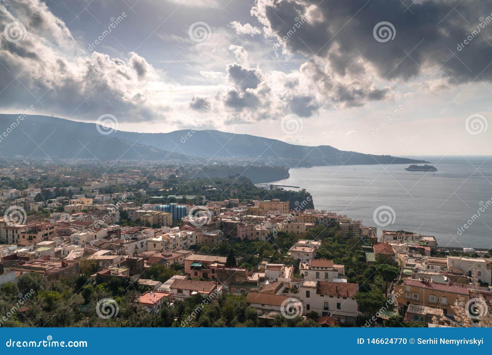 Vista da praia do meta da costa de Sorrento, conceito do curso, espa?o para o texto