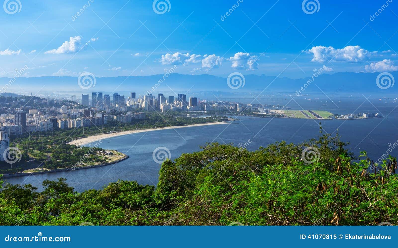 Vista da praia e do distrito de Flamengo e Centro em Rio de janeiro