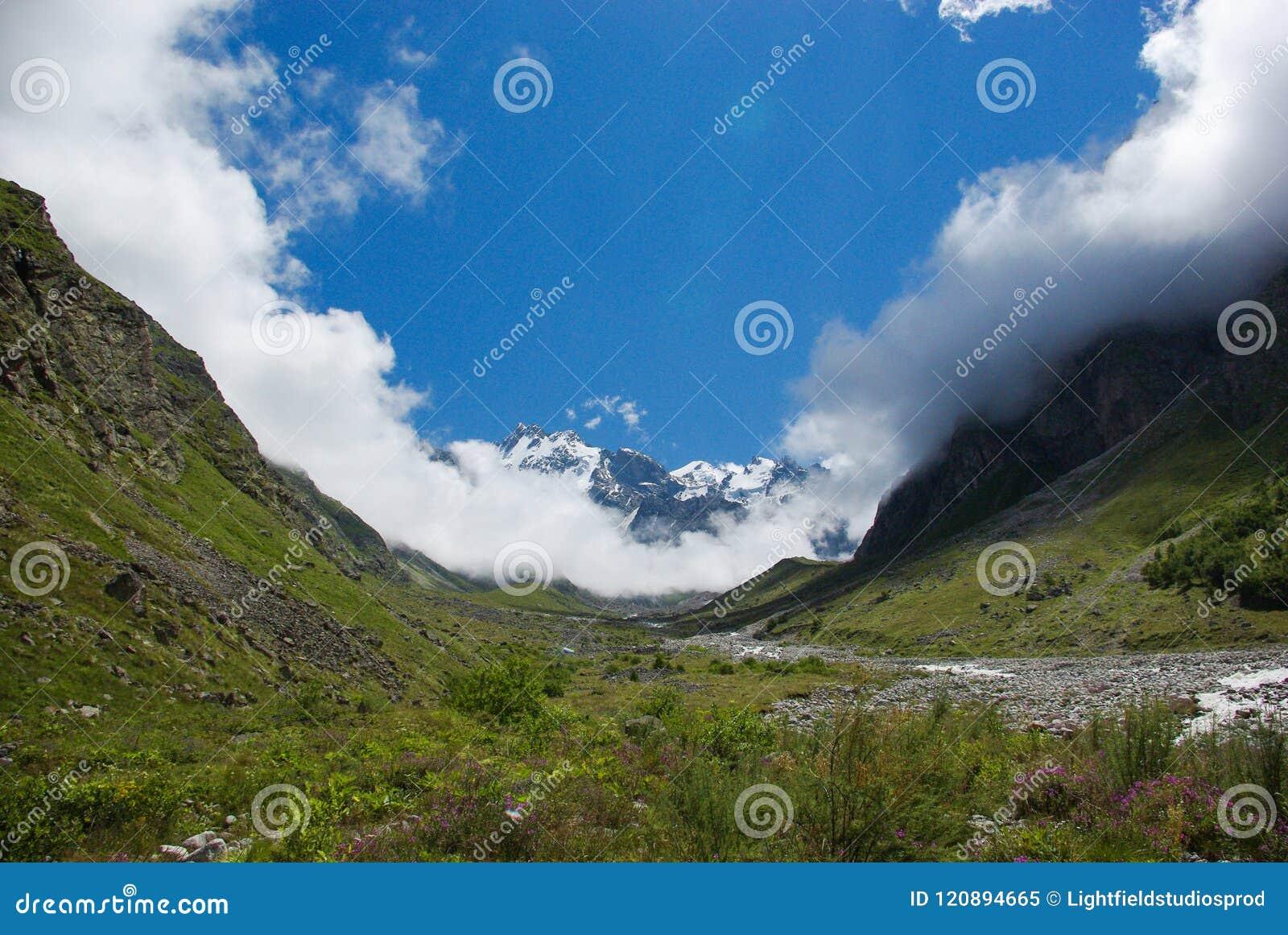Vista da ravina bonita verde, Federação Russa, Cáucaso,