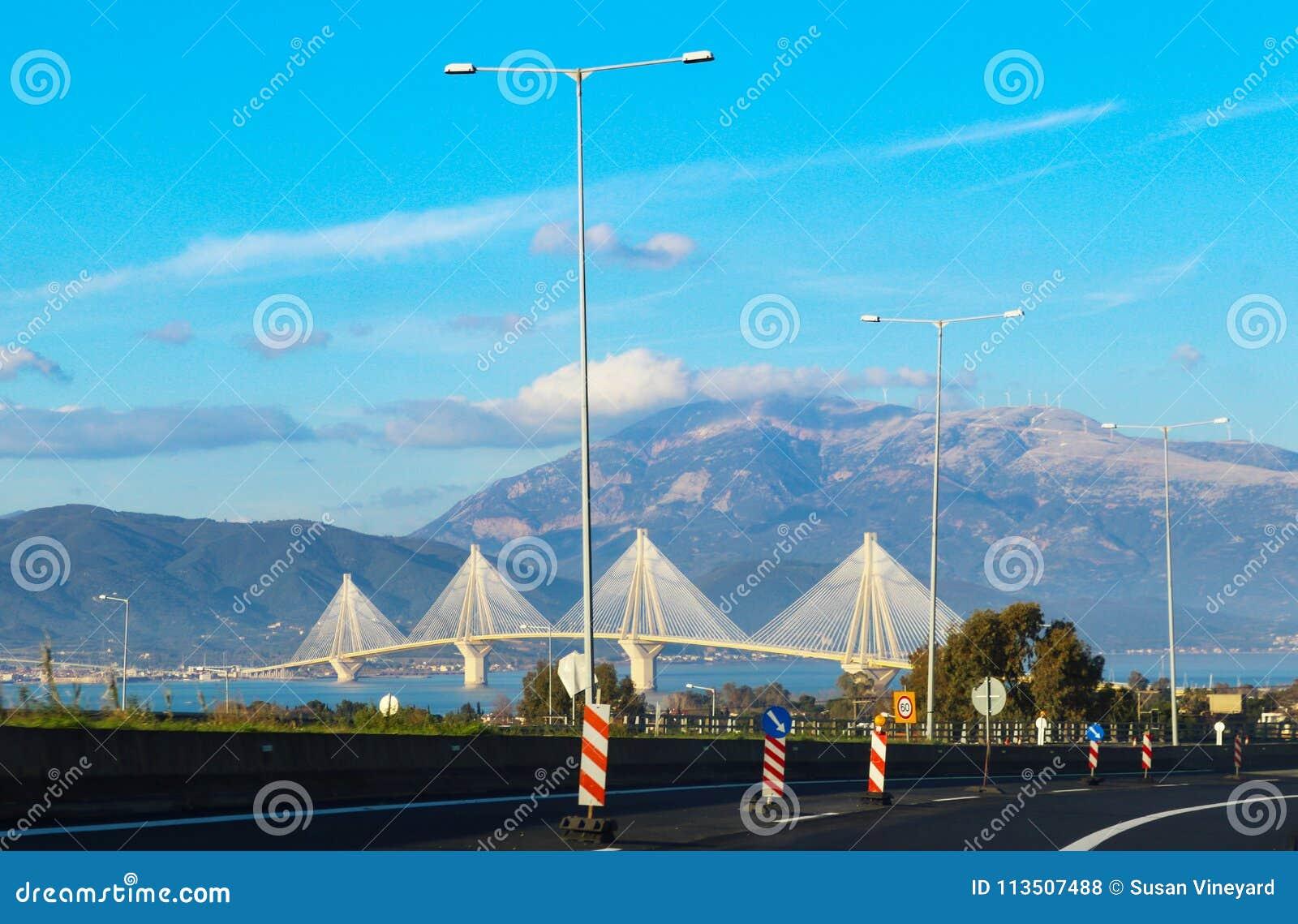 """Vista da Rio dei ponti uno di Rio†""""Antirrio dei ponti strallati della multi-portata più lunghi del ` s del mondo e più lungo co"""