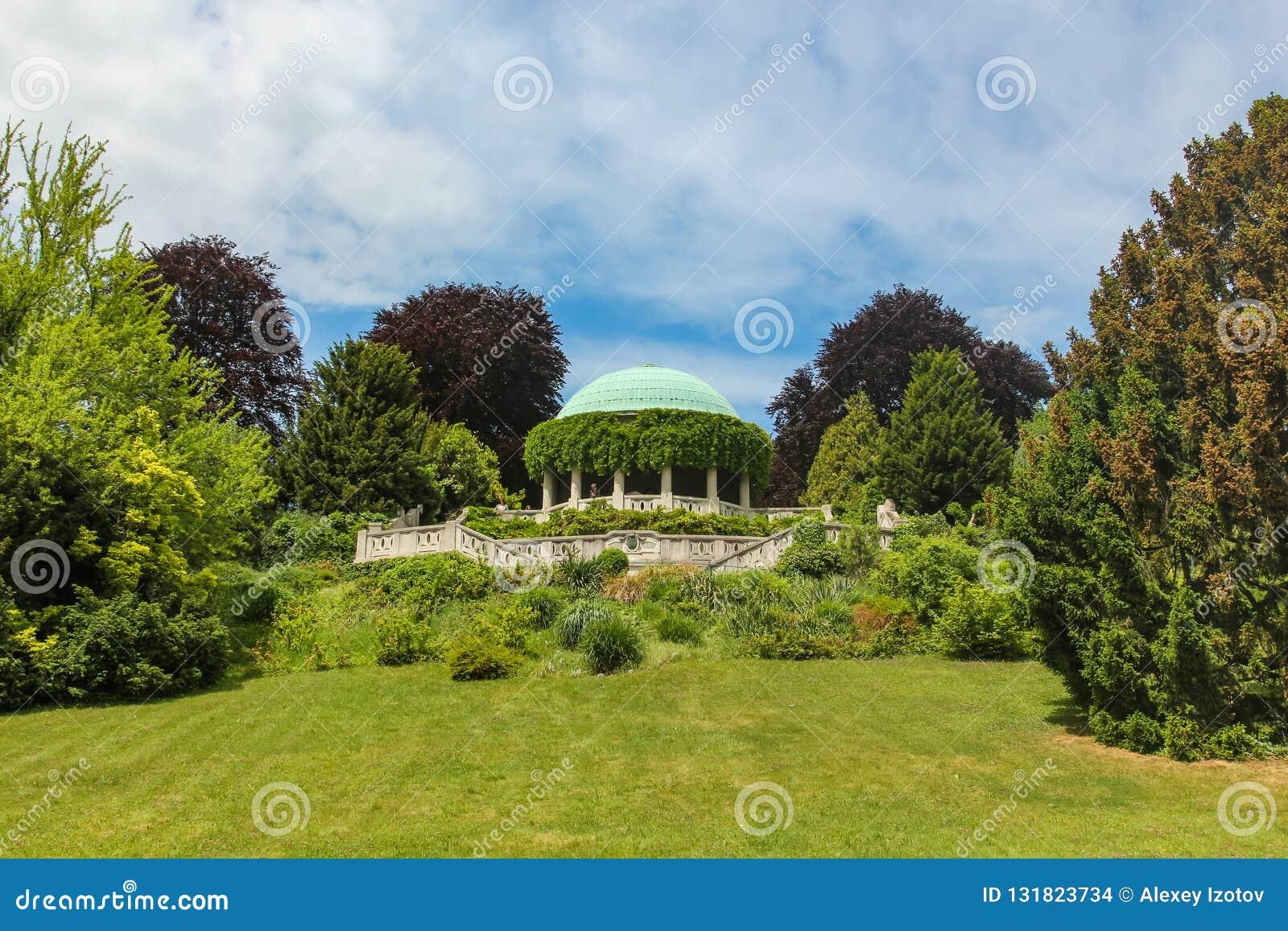 Vista da rotunda em Kurpark em Baden Áustria