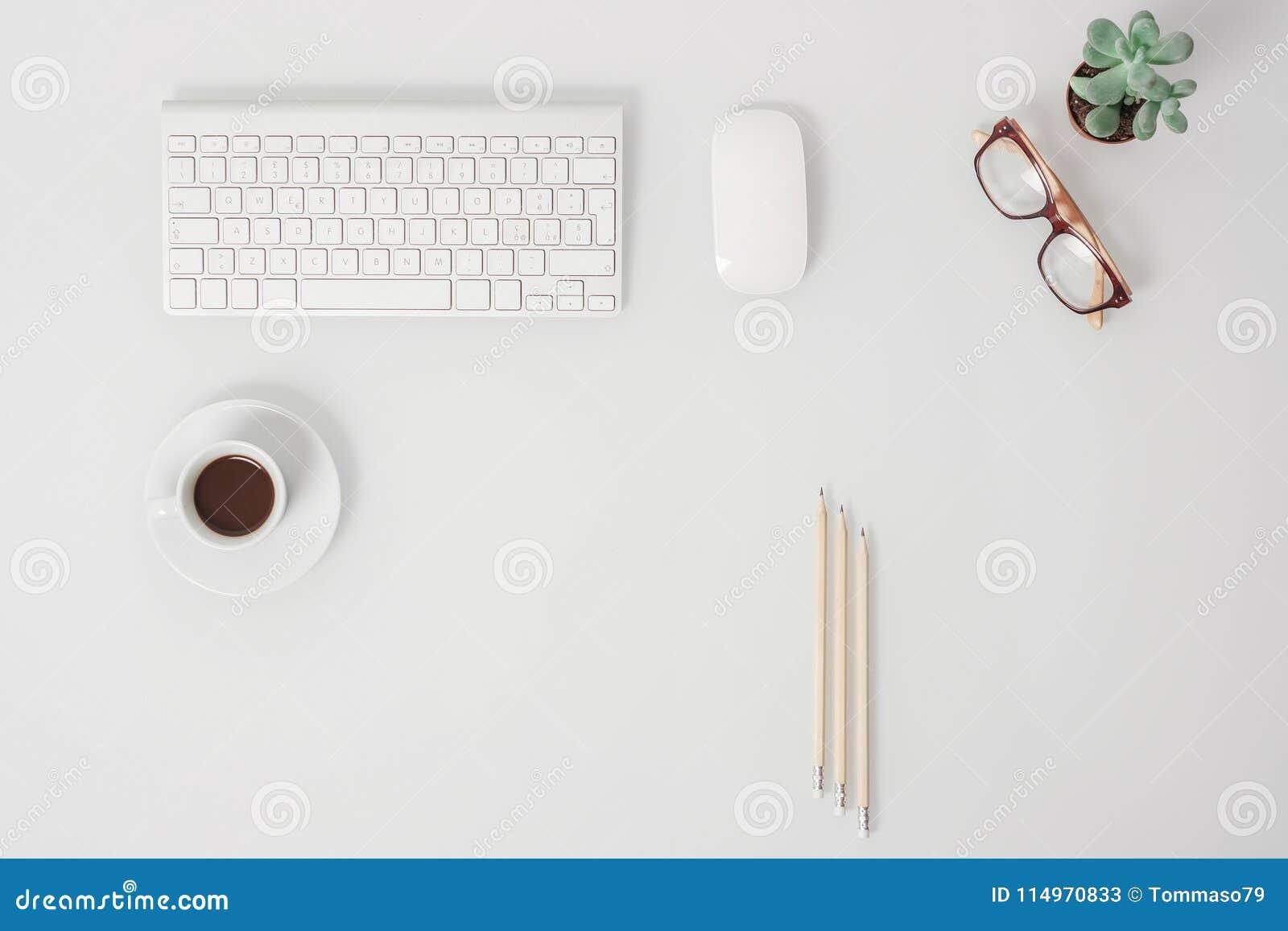 Scrivania Ufficio Organizzata : Vista da sopra della scrivania organizzata con lo spazio vuoto
