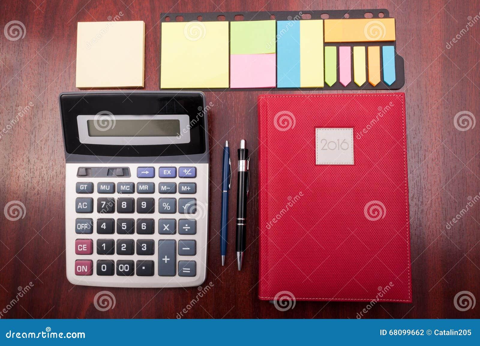 Scrivania Ufficio Organizzata : Vista da sopra della scrivania organizzata di legno fotografia