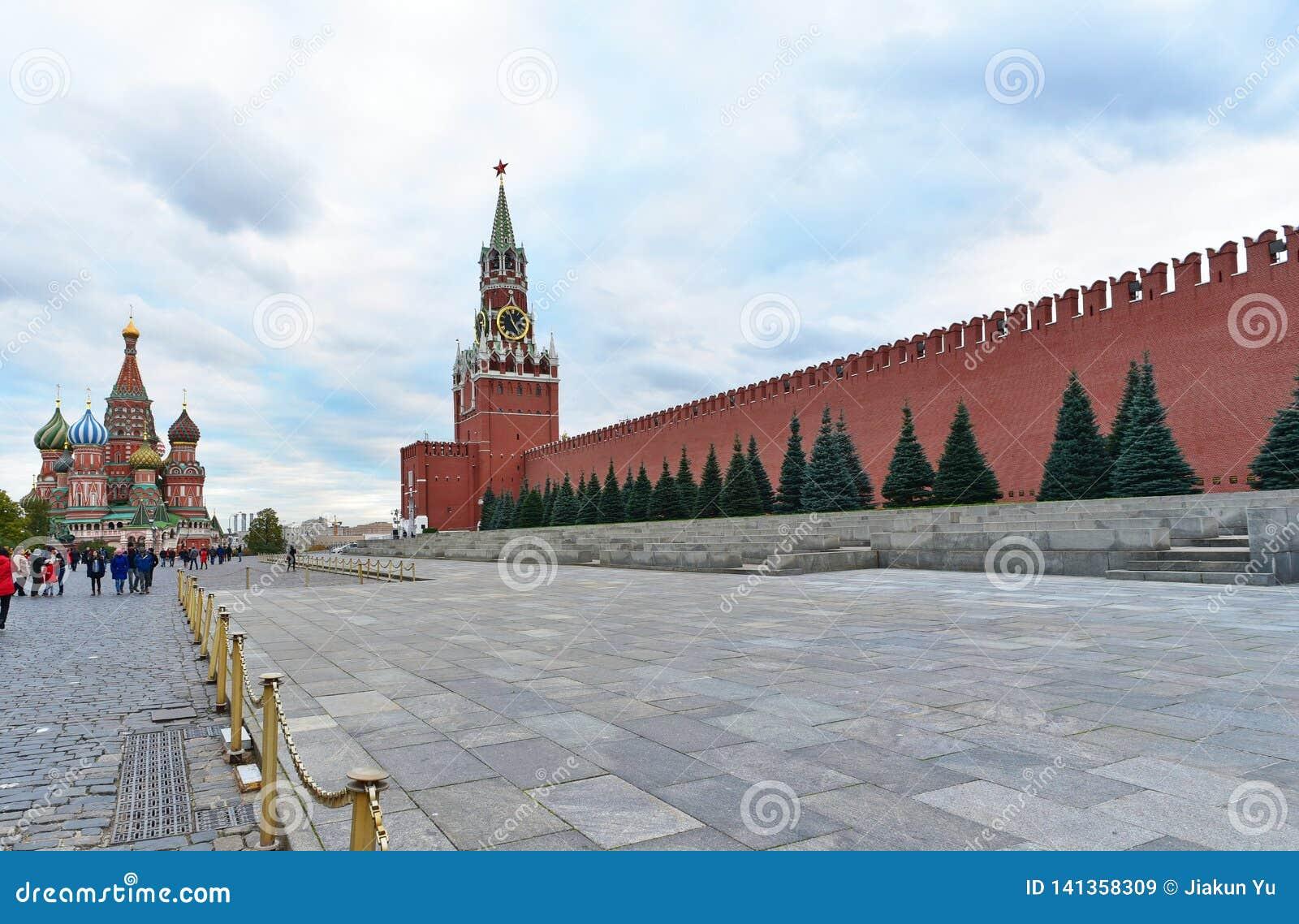 Vista da torre do Spasskaya do Kremlin e da manjericão do St a catedral abençoada Quadrado vermelho, Moscovo Rússia