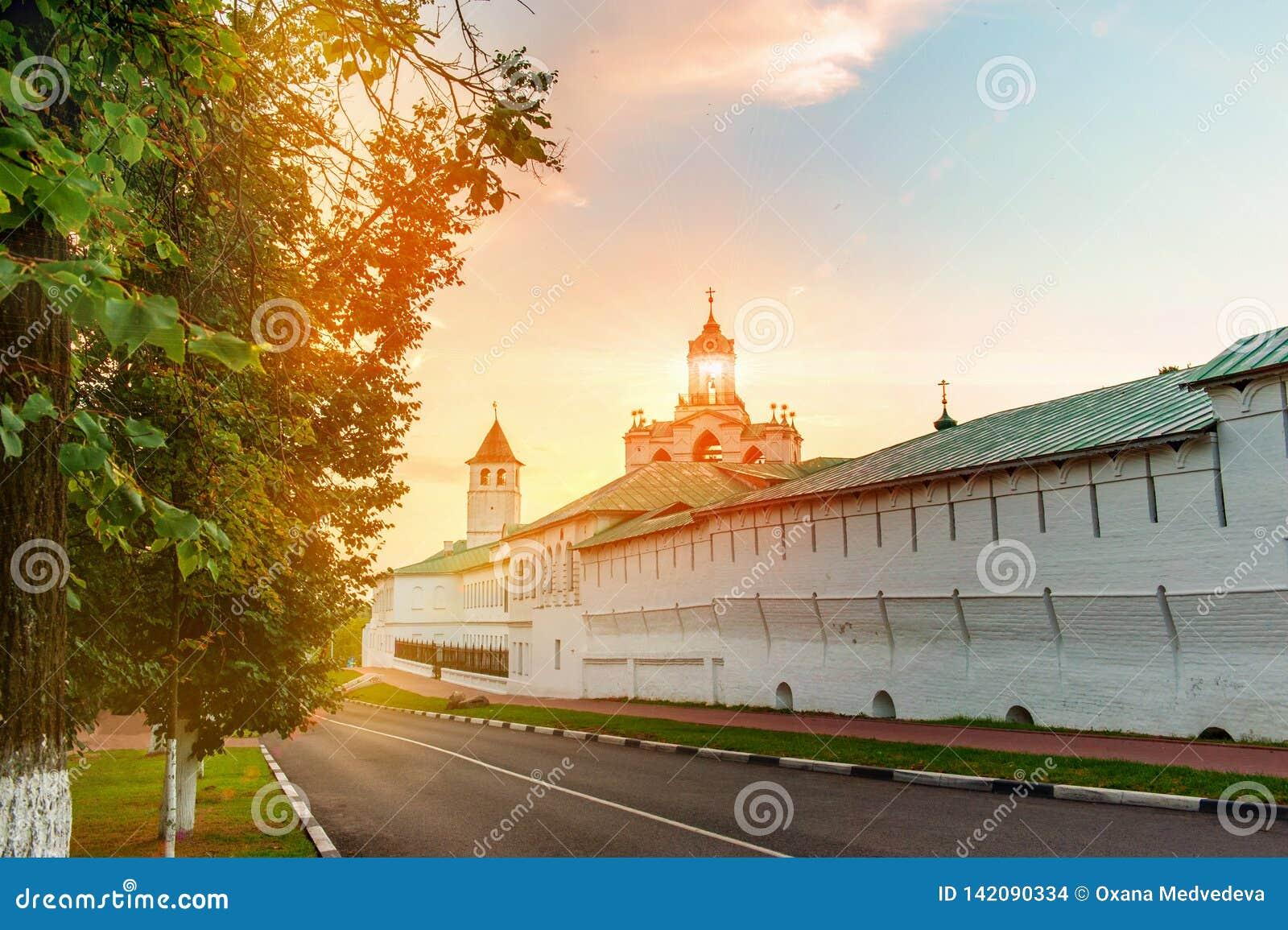 Vista da torre da parede e de sino do monastério antigo de Yaroslavl arquitetónico, histórico e da arte da museu-reserva de Spass